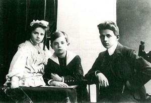 Kurt Tucholsky als Kind mit seinen Geschwistern Ellen und Fritz